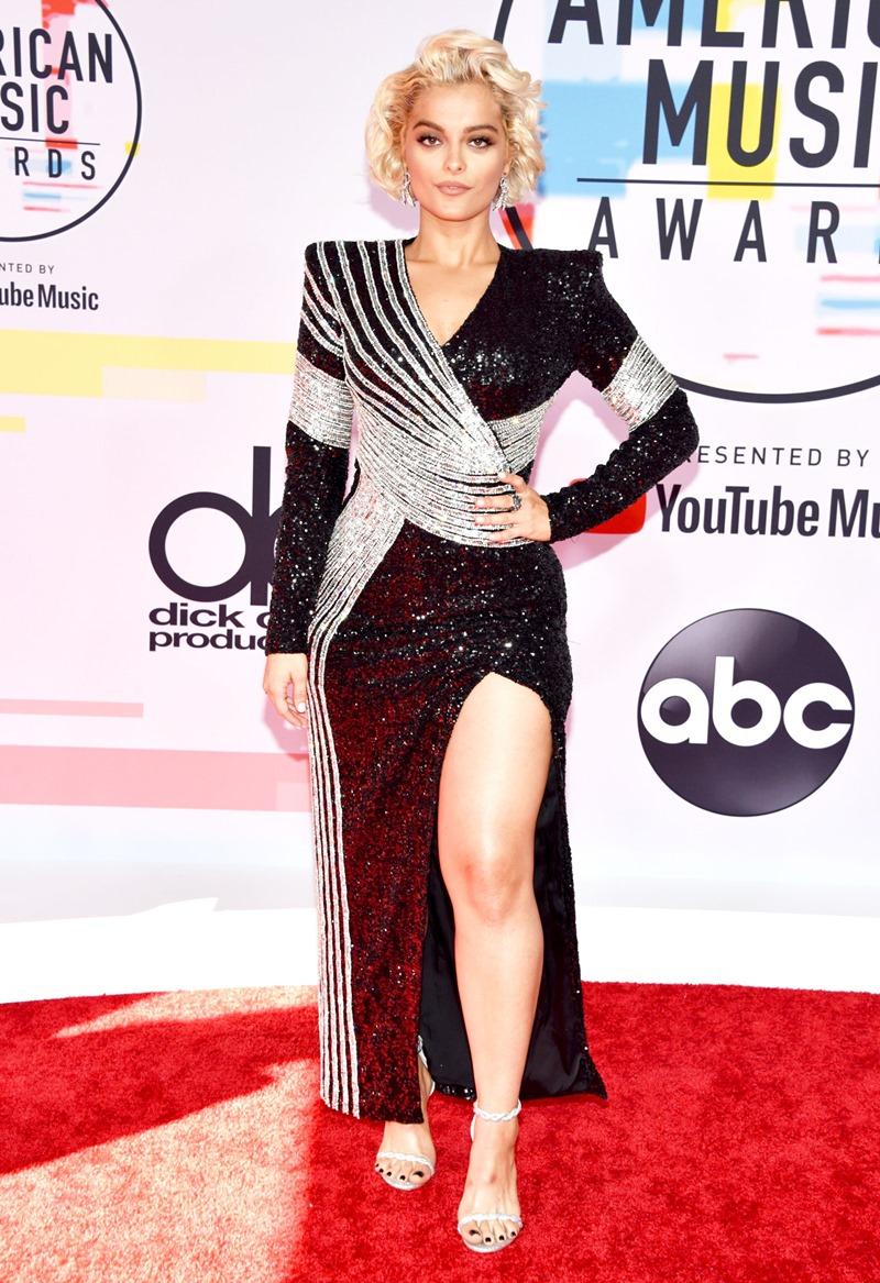 Bebe Rexha xuất hiện trong thiết kế đầm cắt xẻ lấp lánh vô cùng nổi bật.