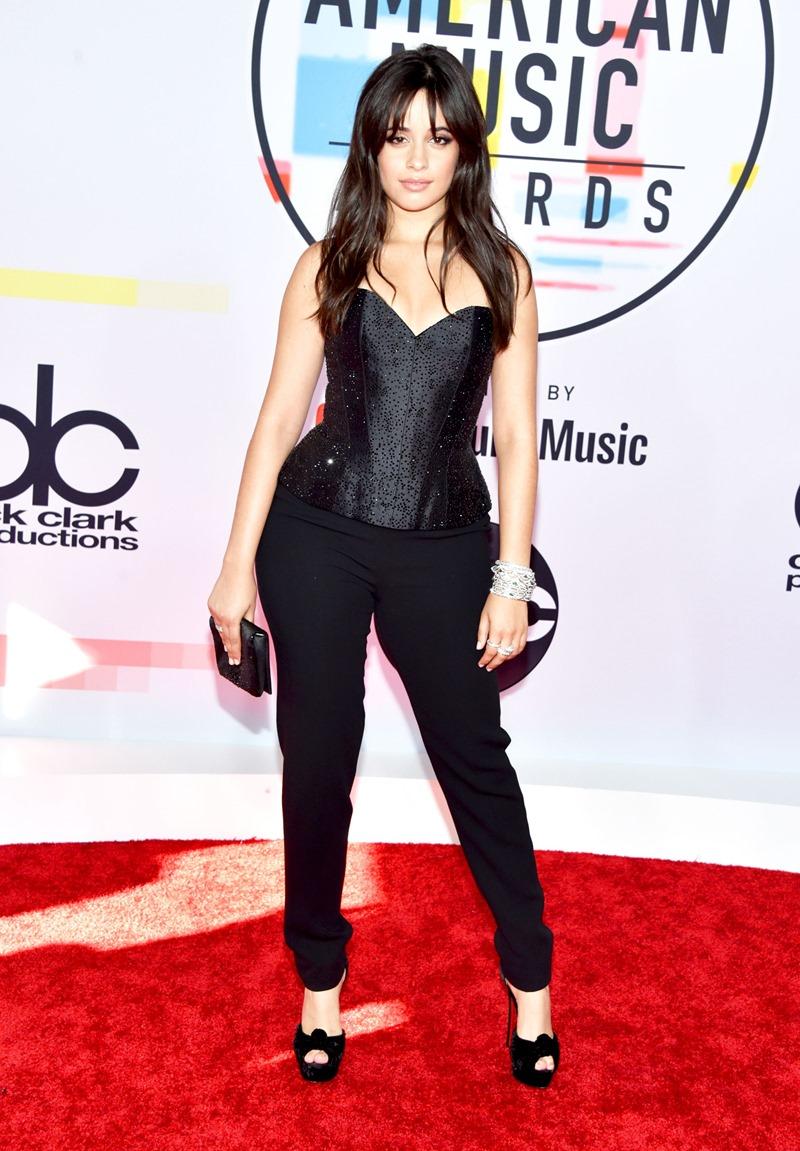 Camila Cabello đơn giản nhưng vẫn nổi bật trong bộ trang phục hàng thửa từ Armani Prive.