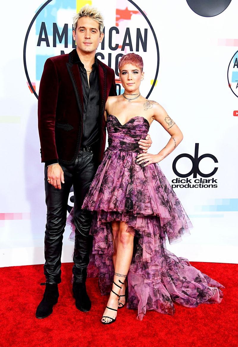Nữ ca sĩ Halsey cá tính trong thiết kế đầm bồng bềnh từ BST Thu Đông 2018 của thương hiệu Redemption. Cô xuất hiện cùng bạn trai rapper G-Eazy.