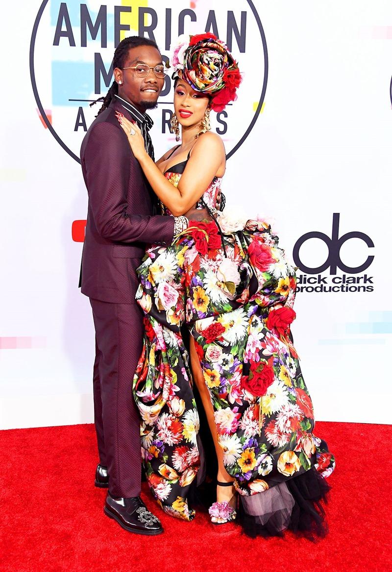 Rapper Cardi-B yểu điệu thục nữ trong trang phục của Dolce & Gabbana bên cạnh hôn phu là rapper Offset.