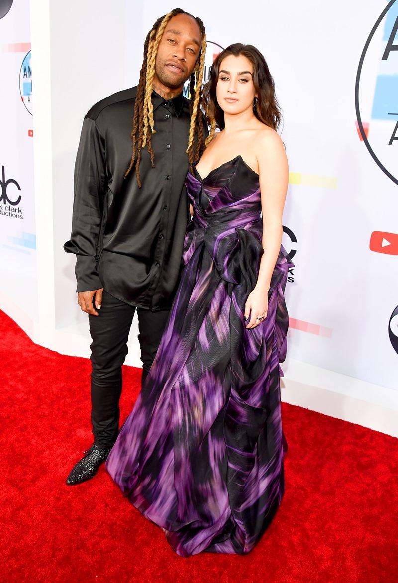 Một cặp đôi đáng chú ý khác trên thảm đỏ là rapper Ty Dolla Sign và Lauren Jauregui (thành viên của Fifth Harmony). Cô mặc thiết kế đầm dạ hội từ thương hiệu Pamella Roland.