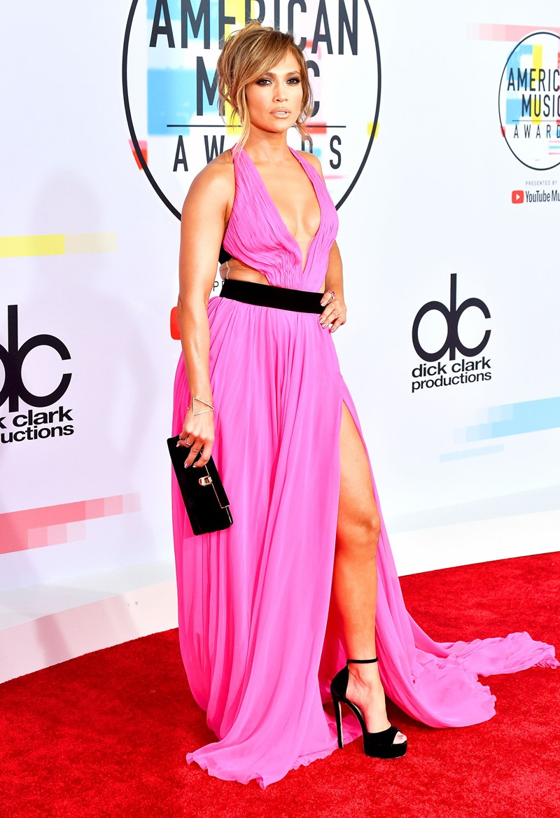 Jennifer Lopez khoe vẻ trẻ trung, khỏe khoắn đáng ngưỡng mộ ở tuổi 49 trong thiết kế đầm màu hồng fuchsia từ thương hiệu Georges Chakra.