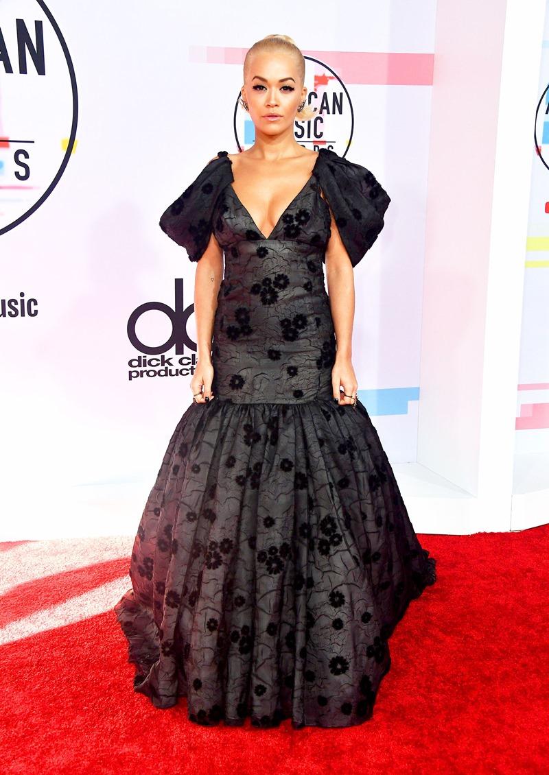Một mỹ nữ người Anh khác cũng chọn đầm đuôi cá tại AMAs 2018 là Rita Ora. Và thật ngạc nhiên khi đây cũng là một thiết kế trong BST Haute Couture Thu Đông 2018 của Giambattista Valli.