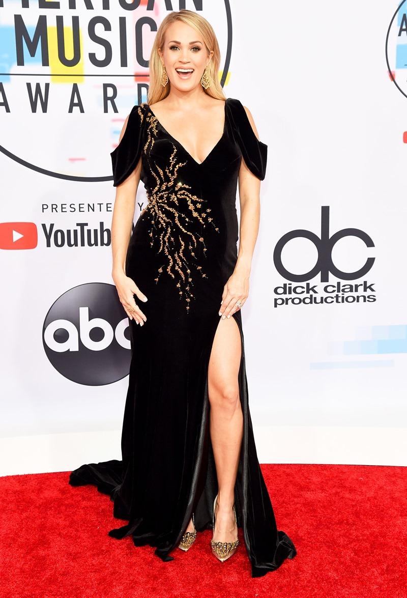 """""""Thần tượng âm nhạc Mỹ"""" Carrie Underwood rạng rỡ khoe bụng bầu trên thảm đỏ AMAs 2018 trong thiết kế đầm nhung từ Steven Khalil."""