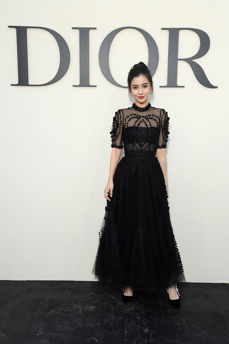 Náo nhiệt ngay từ những ngày đầu, Angelababy là một trong những sao nữ châu Á đầu tiên xuất hiện trong show diễn của Dior mở màn Tuần lễ Thời trang Paris Xuân Hè 2019.