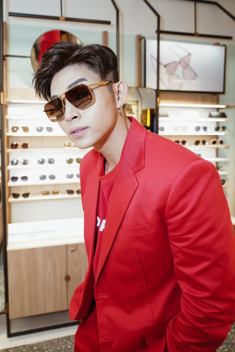 Jun Phạm đeo thử những thiết kế kính mắt của Aojo
