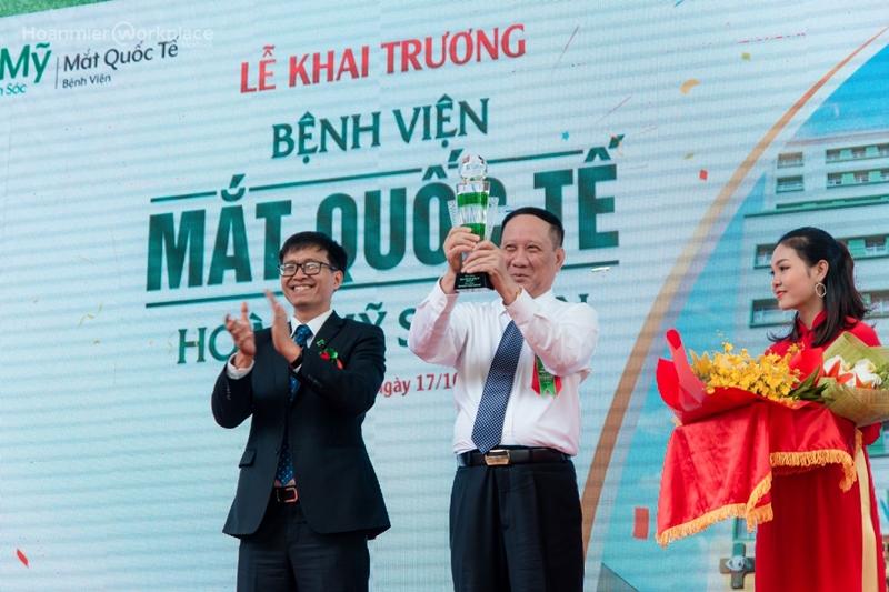 Ông Huỳnh Lê Đức - Tổng Giám Đốc Tập Đoàn Hoàn Mỹ trao kỷ niệm chương cho Ông Nguyễn Trọng Đoàn, Chủ tich HĐQT - Công ty CP Bệnh viện Mắt Quốc Tế Hoàn Mỹ Sài Gòn.