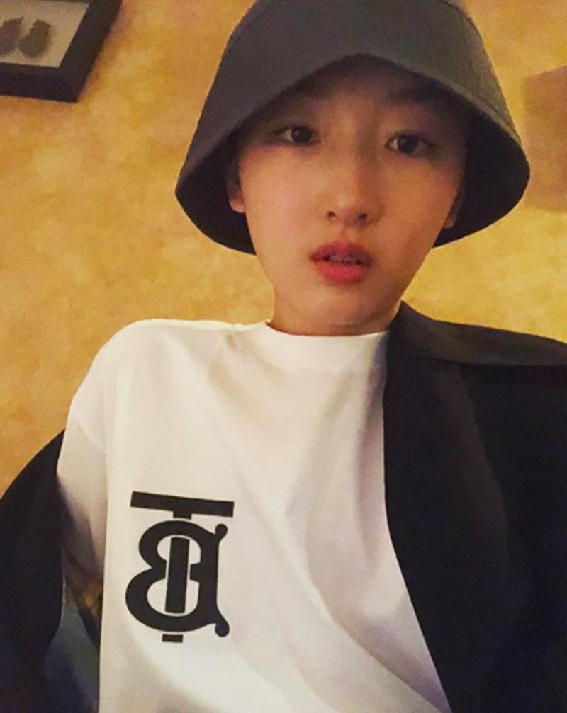 """Nữ chính trong """"Chúng ta của sau này"""" Châu Đông Vũ sở hữu áo thun màu trắng mang logo TB - viết tắt tên người sáng lập Thomas Burberry."""