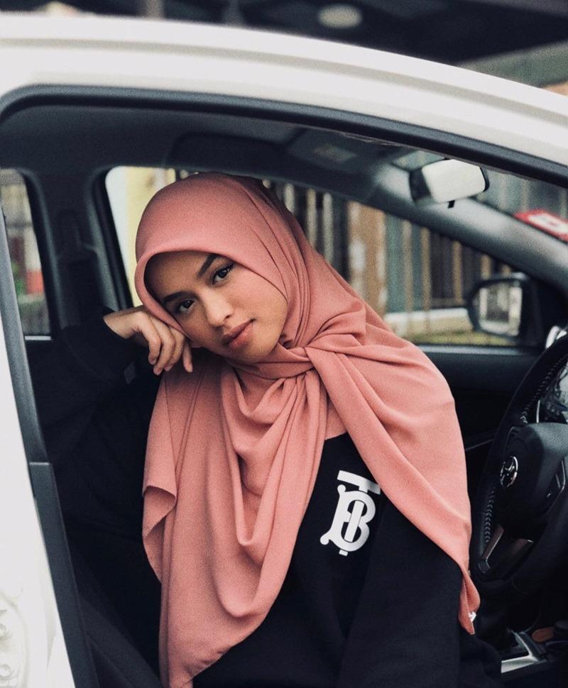 """Cô nàng fashionista 18 tuổi người Malaysia Qhouirunnisa' Syasya cũng không thể """"làm ngơ"""" trước trào lưu mới này."""