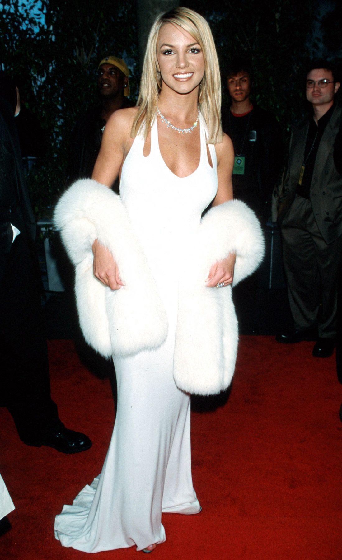 """Thành công đến sớm của Britney Spears không chỉ đưa cô thành sao sáng, mà còn thúc đẩy hàng loạt ngôi sao khác như Christina Aguilera, Mandy Moore, Jessica Simpson và nhiều thế hệ đàn em sau này. Ở độ tuổi 19, """"công chúa nhạc pop"""" hãnh diện bước vào lễ trao giải Grammy 2000 tại Los Angeles. Tuy nữ ca sĩ tuột mất giải Nghệ sĩ mới xuất sắc nhất vào tay Christina Aguilera, đây vẫn là bước tiến quan trọng trong sự nghiệp của giọng ca """"Sometimes""""."""
