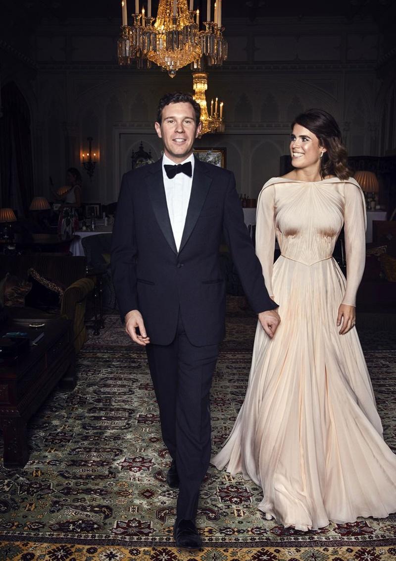 """Ngoài ra, NTK Zac Posen cũng có vinh dự được lựa chọn thiết kế """"bộ váy cưới thứ 2"""" dành cho Công chúa Eugenie khi tham gia buổi tiệc tối, với nguồn cảm hứng từ màu hồng phớt của những đóa hồng Anh quốc, nét đẹp cổ điển của kiến trúc lâu đài Windsor và một chút mộc mạc từ vùng đồng quê xứ York."""