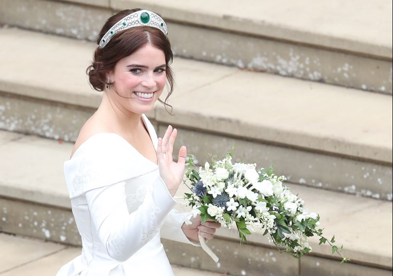 Cô không dùng mạn che đầu mà đội vương miện Grenville - vốn là chiếc Tiara thuộc về mẹ của Nữ hoàng Elizabeth Đệ Nhị.