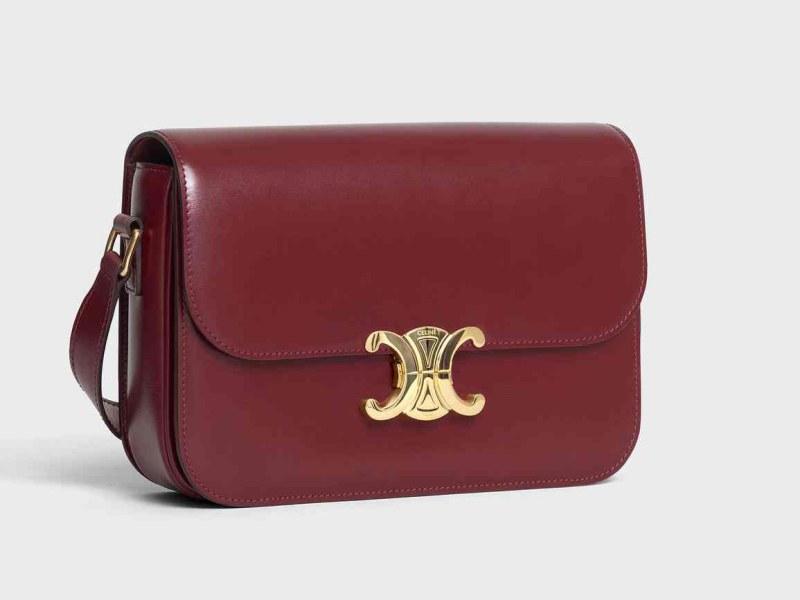 Chiếc túi Triomphe sẽ được bán với giá 2.700 euro (khoảng hơn 72 triệu đồng).
