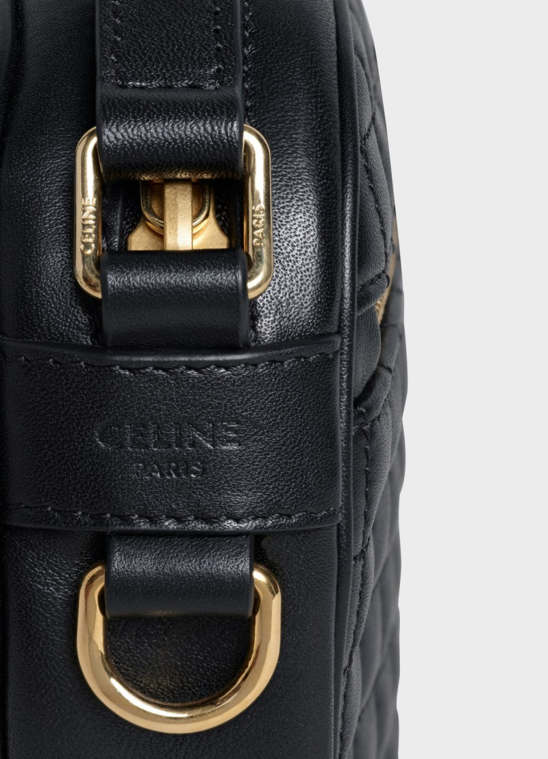 Bên cạnh túi có dập logo Celine Paris.