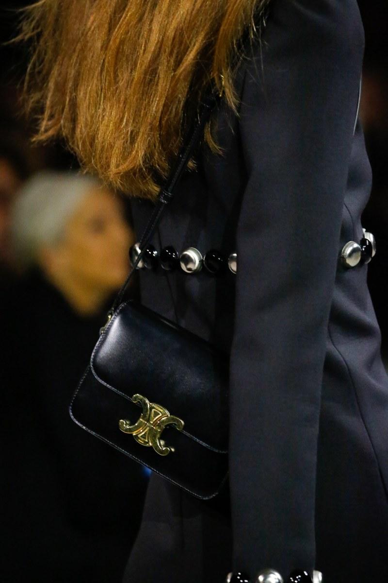 Túi xách Triomphe với thiết kế nhỏ nhắn, vừa vặn để đeo chéo hoặc đeo trên vai.
