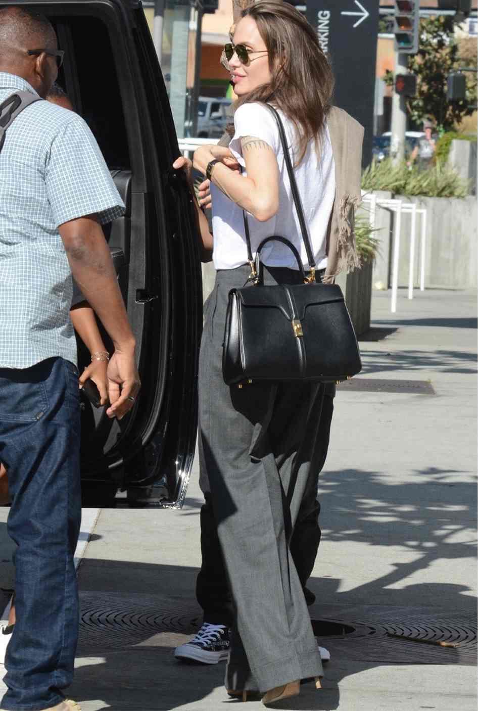 Và một tên tuổi khác với sức ảnh hưởng vô cùng khủng khiếp, Angelina Jolie, cũng đã xuống phố với túi xách 16 của Celine.