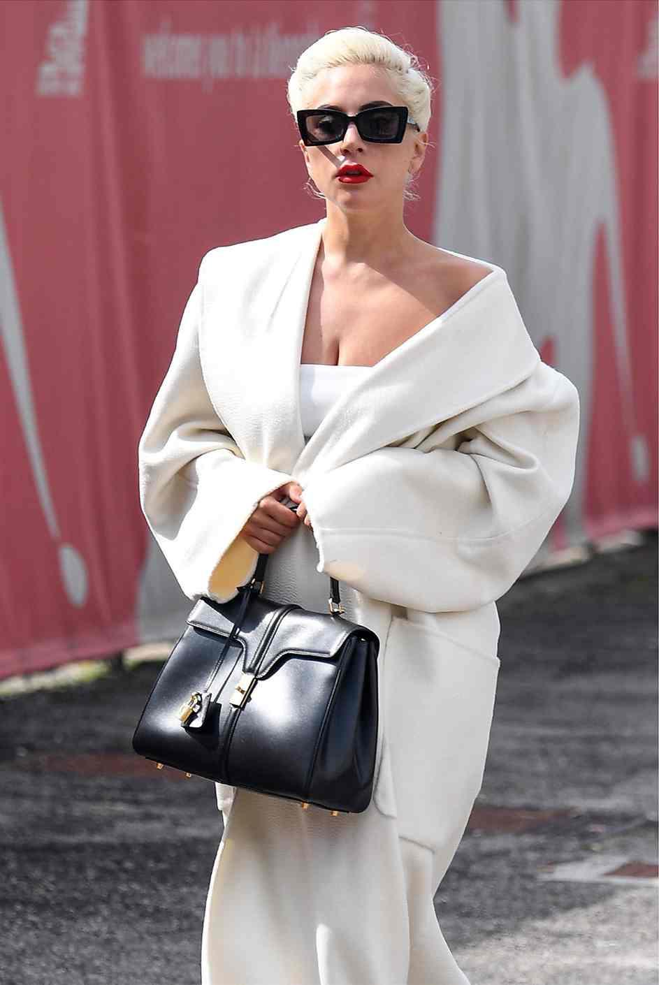 Lady Gaga là người đầu tiên xách chiếc túi xách 16 của Celine - là sáng tạo từ NTK Hedi Slimane cho Celine được lộ diện.
