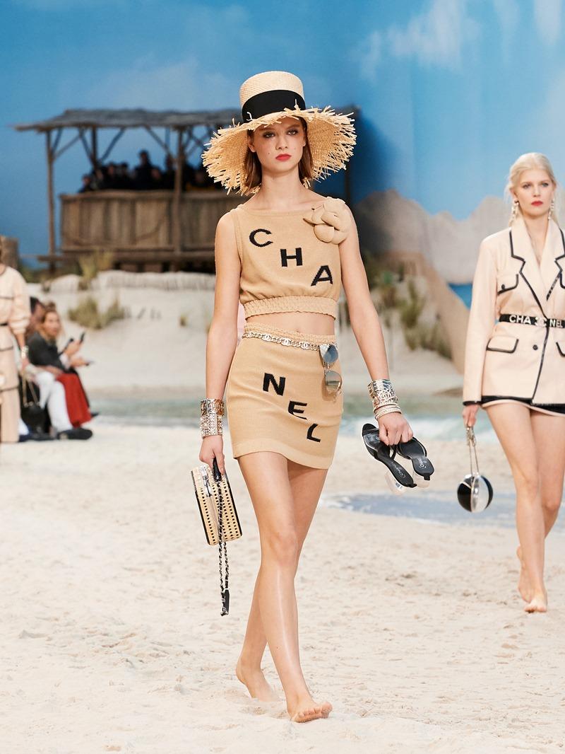 """Tên Chanel được tách thành """"CHA"""" và """"NEL"""" trên trang phục, phụ kiện,... hứa hẹn sẽ trở thành những món đồ """"hot hit"""" trong mùa tới."""