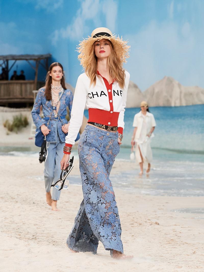 Xu hướng logomania vẫn tiếp tục được phát huy trong BST Xuân Hè 2019 của Chanel.