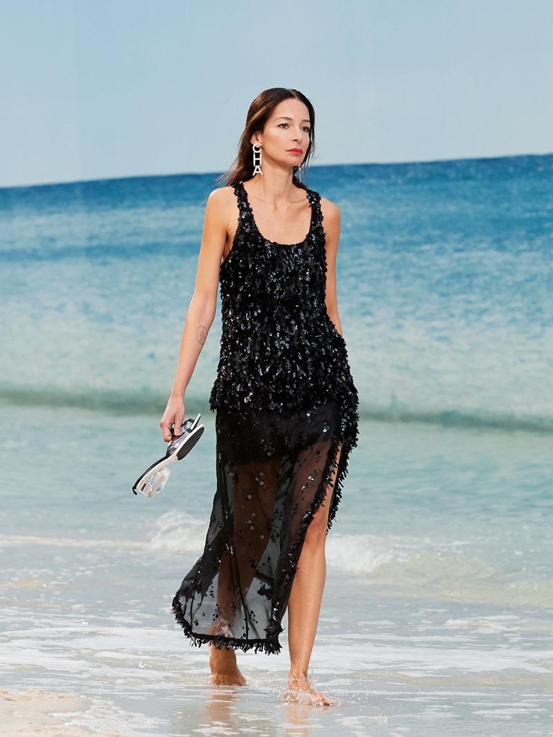 Những người mẫu trong show Xuân Hè 2019 của Chanel đi chân trần trên cát, hòa với dòng nước mát lành.