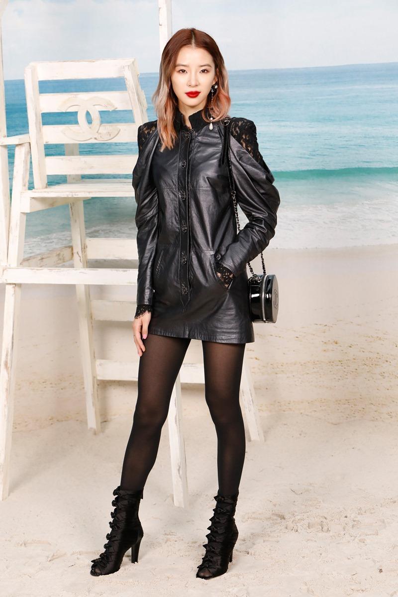 Fashionista đình đám người Hàn Quốc Irene Kim cá tính với bộ trang phục da phối ren màu đen ấn tượng.
