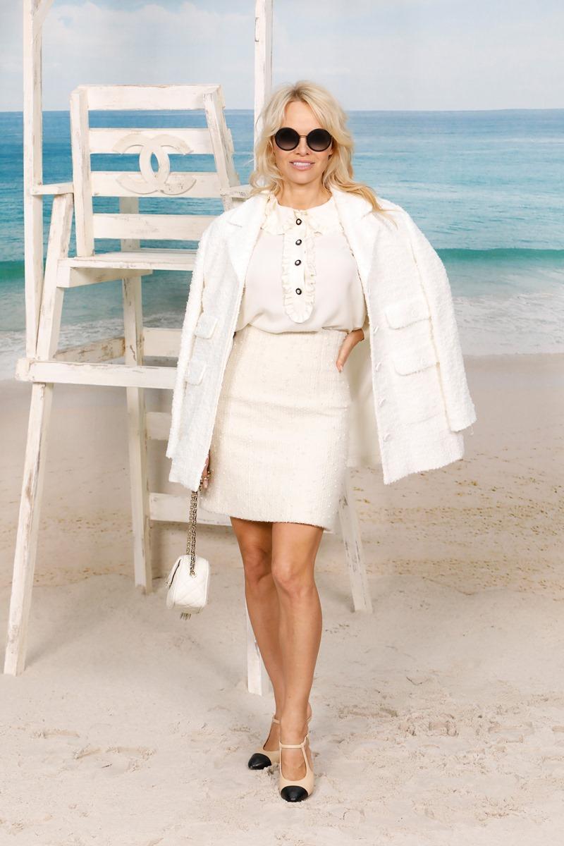 """Nữ chính của loạt phim """"Baywatch"""" đình đám Pamela Anderson cũng xuất hiện trên hàng ghế đầu show Xuân Hè 2019."""