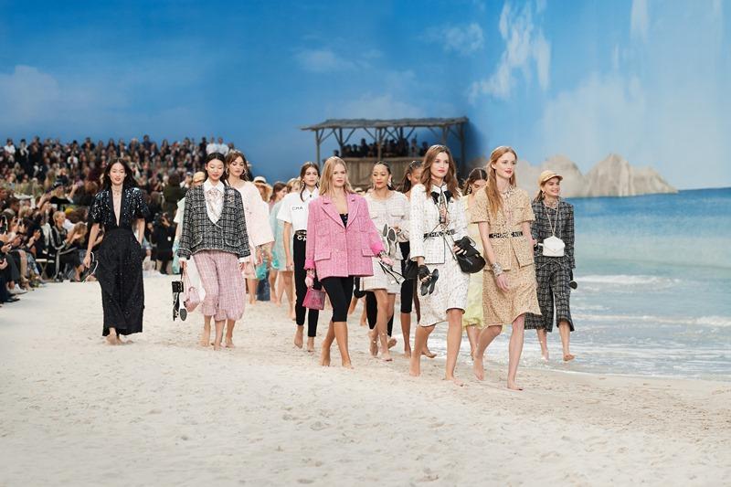"""Đặt bãi biển vào giữa lòng Paris, Chanel chứng tỏ độ """"chịu chơi"""" không ai sánh bằng"""