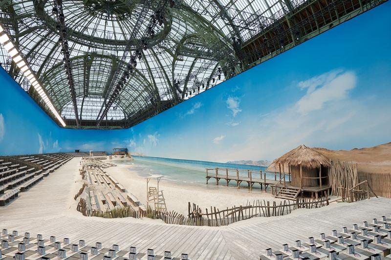 """Không gian bên trong trung tâm triển lãm Grand Palais ở Paris được """"hô biến"""" thành một bãi biển thực sự."""