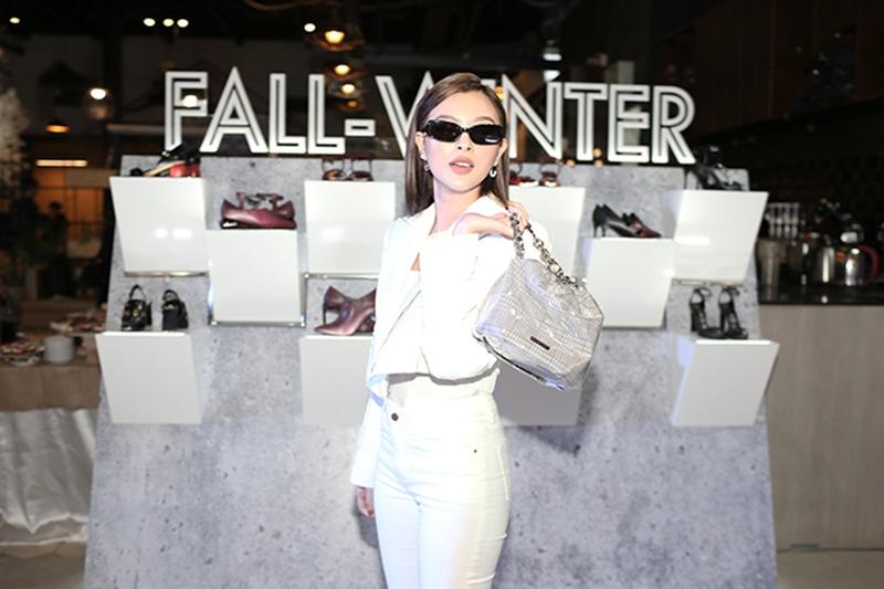 """Tú Hảo khoe vẻ cá tính với bộ trang phục """"white-on-white"""" và cặp kính mắt Matrix"""