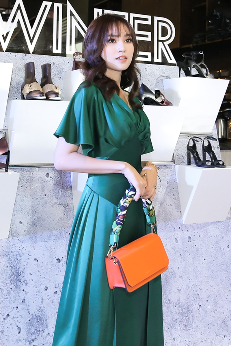 Ninh Dương Lan Ngọc nổi bật với thiết kế đầm rủ màu xanh ngọc.