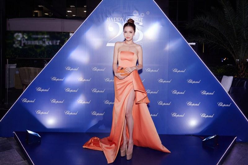 Bích Phương Idol ngọt ngào và gợi cảm với đầm quây cắt xẻ cao màu cam hồng.