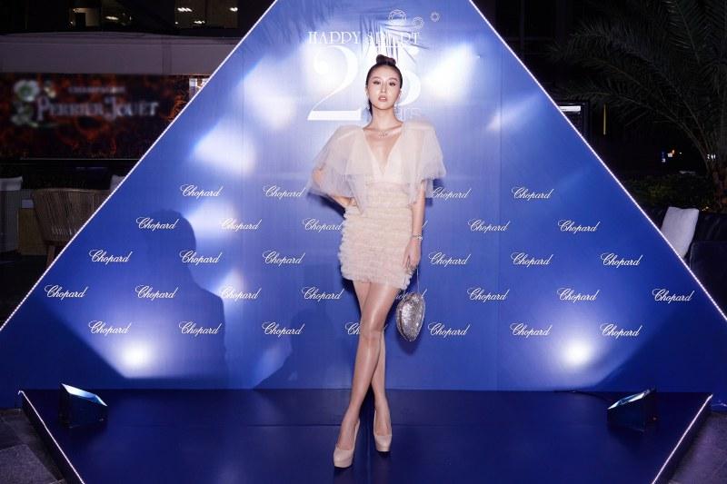 Quỳnh Anh Shyn diện đầm màu nude bồng bềnh cùng với túi hộp hình trái tim đính pha lê Swarovski của Saint Laurent.