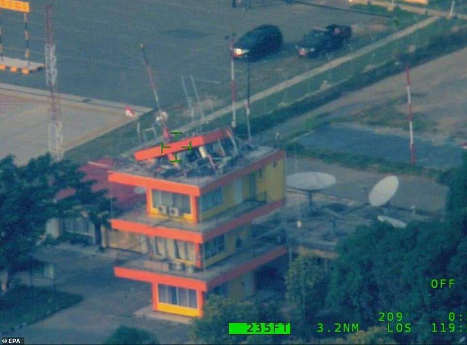 Đài kiểm soát không lưu bị sụp sau trận động đất.