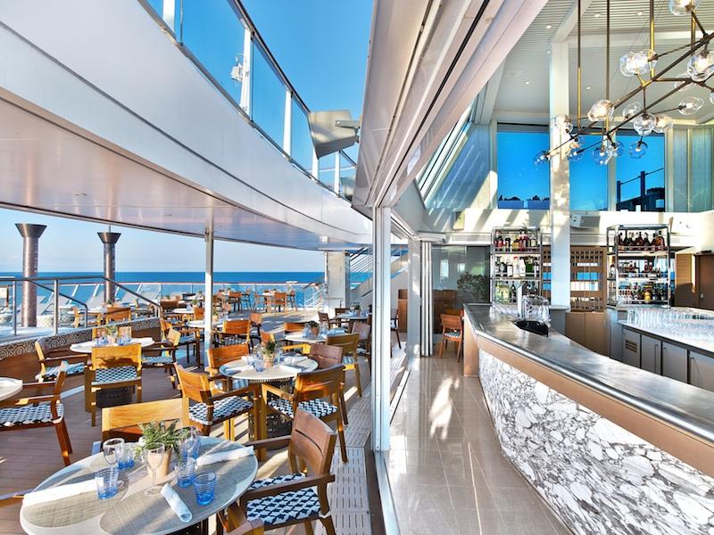Một nhà hàng với view biển trên tàu.