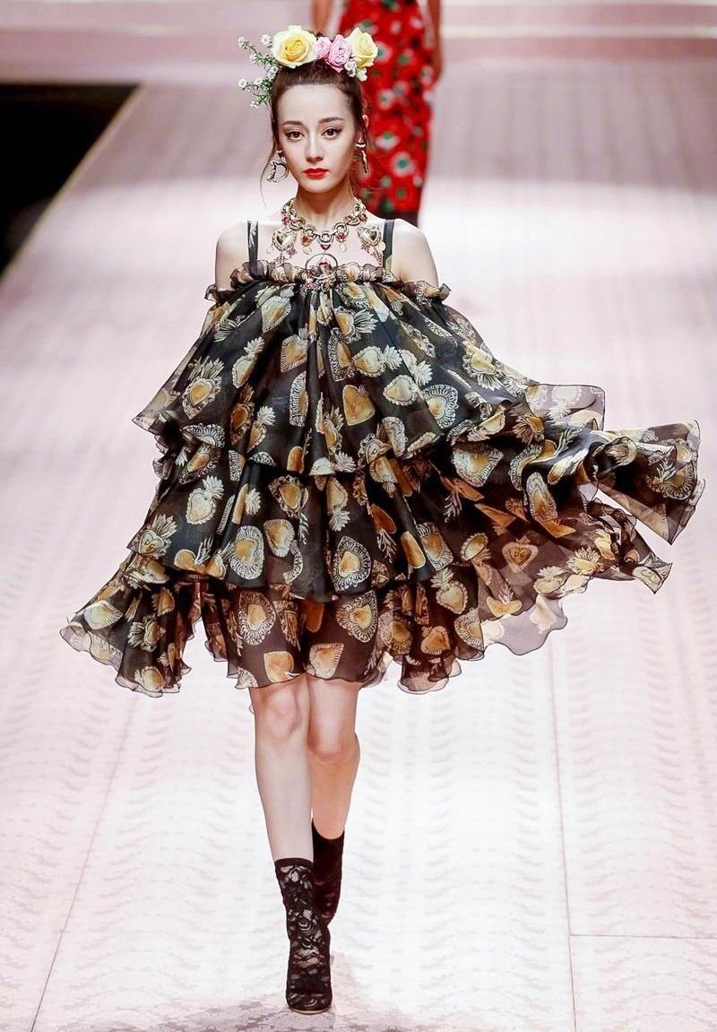 Trở lại với nước Ý thơ mộng, Địch Lệ Nhiệt Ba một lần nữa được sải bước trên sàn diễn danh giá của Dolce & Gabbana với thần thái sang trọng, đầy quyền lực.