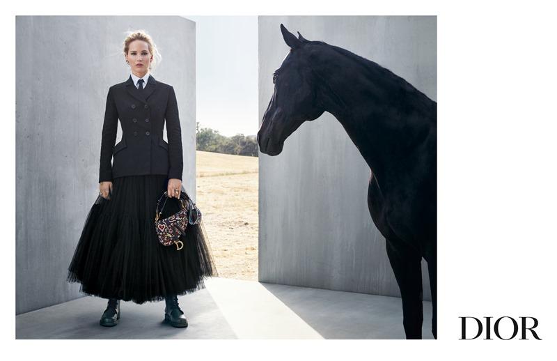 Cô mặc những thiết kế nổi bật trong BST với cảm hứng từ những nàng thơ Mexico bay bổng trên lưng ngựa.