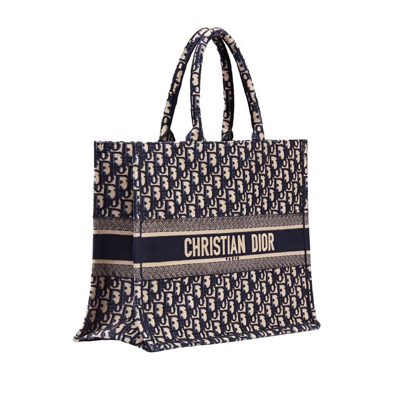 Túi xách Book Tote với họa tiết Oblique tiếp tục xuất hiện trong BST Cruise 2019 của Dior.