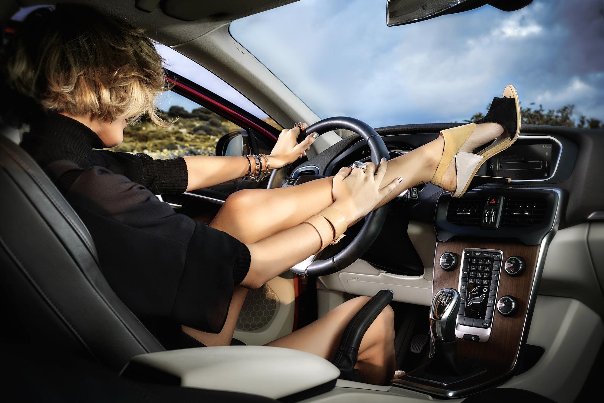 Vì sao giày cao gót là một trong những nguyên nhân gây tai nạn giao thông khi lái xe ô tô?