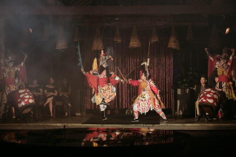 """""""Hành Trình Phương Đông"""" của Hulos được tổ chức tại Banyan Tree Lăng Cô đã mở màn với một trích đoạn hát bội ngắn."""
