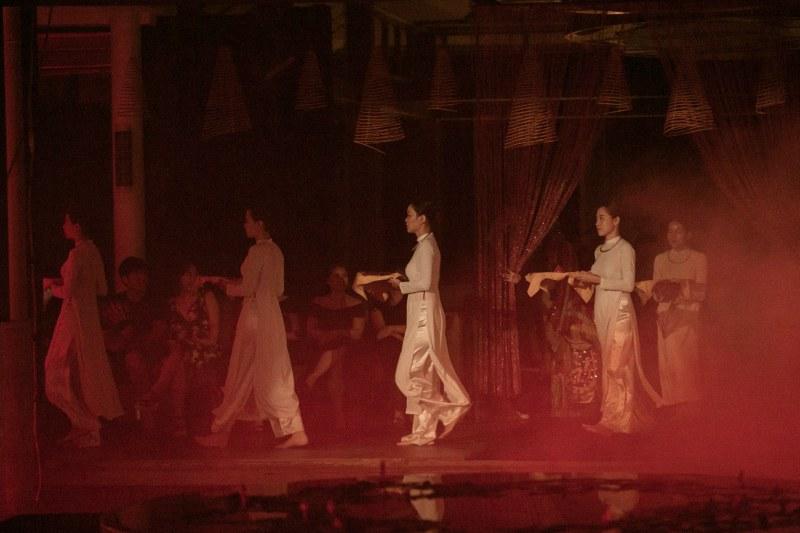 Yếu tố tâm linh kỳ bí xuyên suốt show diễn các thiết kế mới nhất của hai NTK Thế Huy và Hải Long.