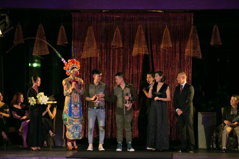 Hai NTK tri ân đại diện của Banyan Tree Lăng Cô (phải) cuối show diễn.