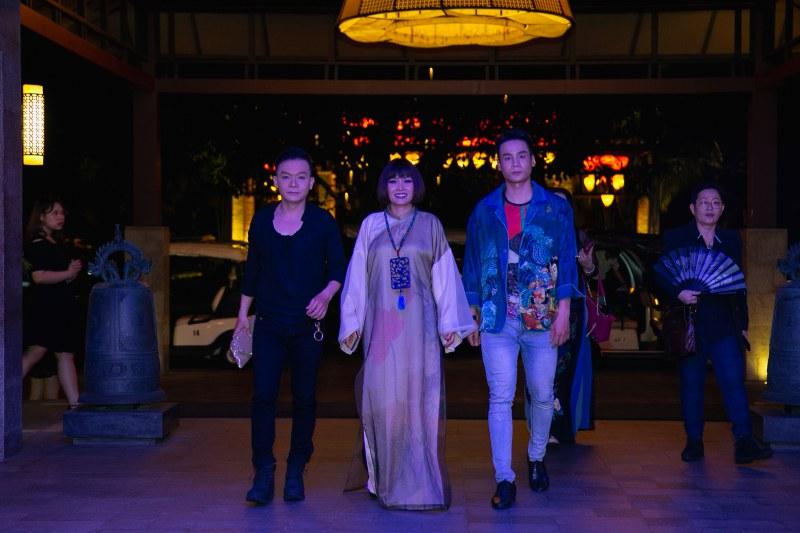 Ca sĩ Phương Thanh (giữa) cũng có mặt tại show diễn. Cô cũng là người cố vấn về những yếu tố văn hóa cho hai NTK hoàn thiện BST lần này.