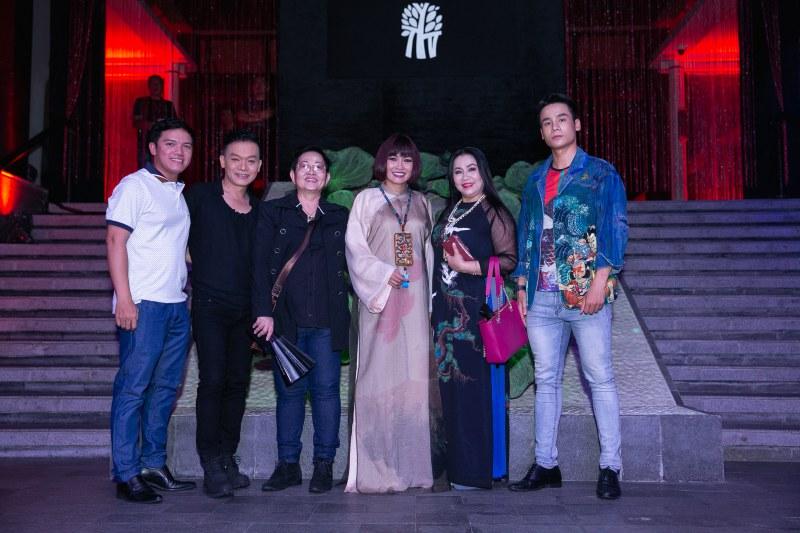 Ca sĩ Phương Thanh chụp hình cùng khách mời.