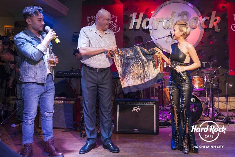 Thảo Trang ký lên chiếc khăn hay mang đi diễn để tặng cho Hard Rock Café Tp.HCM.