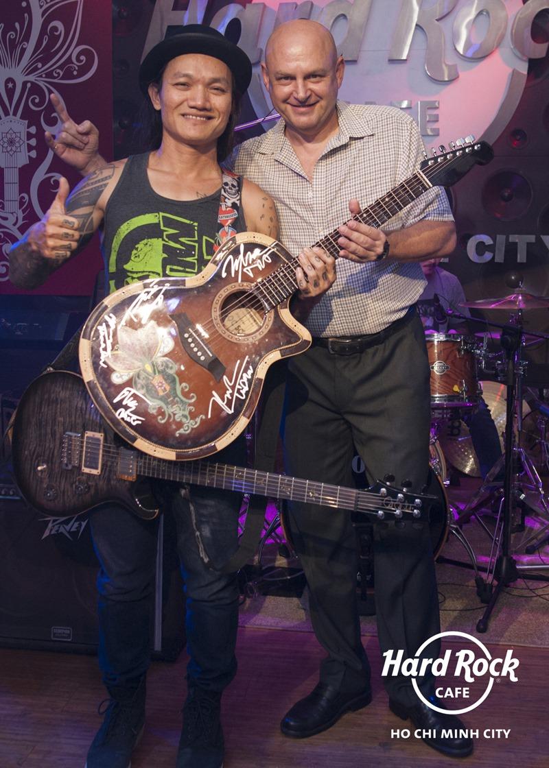 Microwave ký tặng lên chiếc guitar mang biểu tượng mới của Hard Rock Café Tp.HCM.