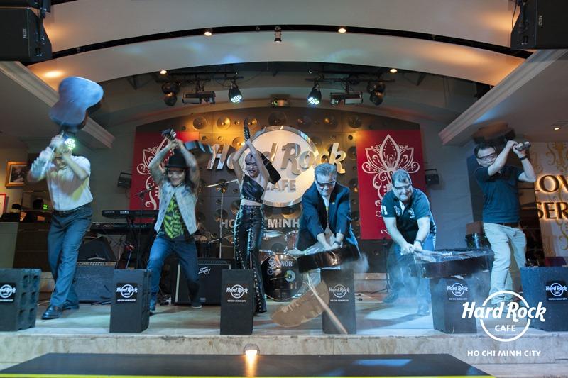 Nghi thức đập đàn guitar tại Hard Rock Café.