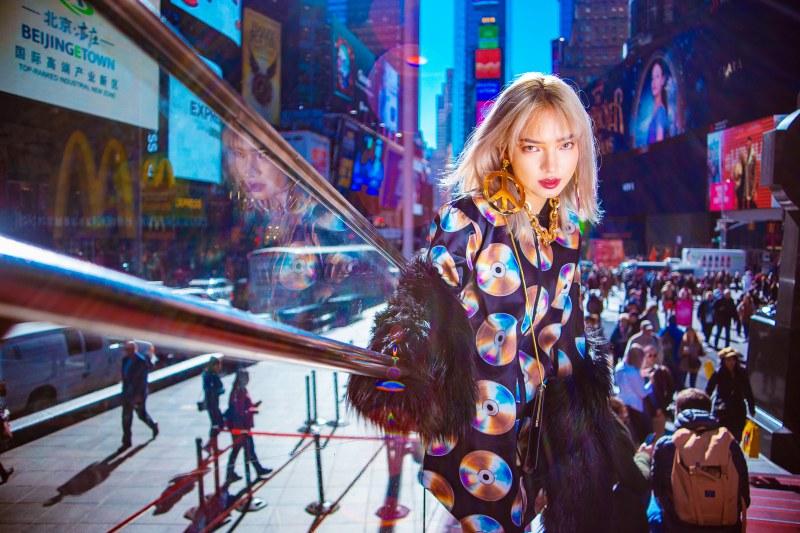 Các thiết kế trong BST Moschino [tv] H&M là sự hợp tác giữa thương hiệu thời trang H&M cùng nhà mốt Moschino đình đám từ Ý dưới sự dẫn dắt của Giám đốc Sáng tạo Jeremy Scott.