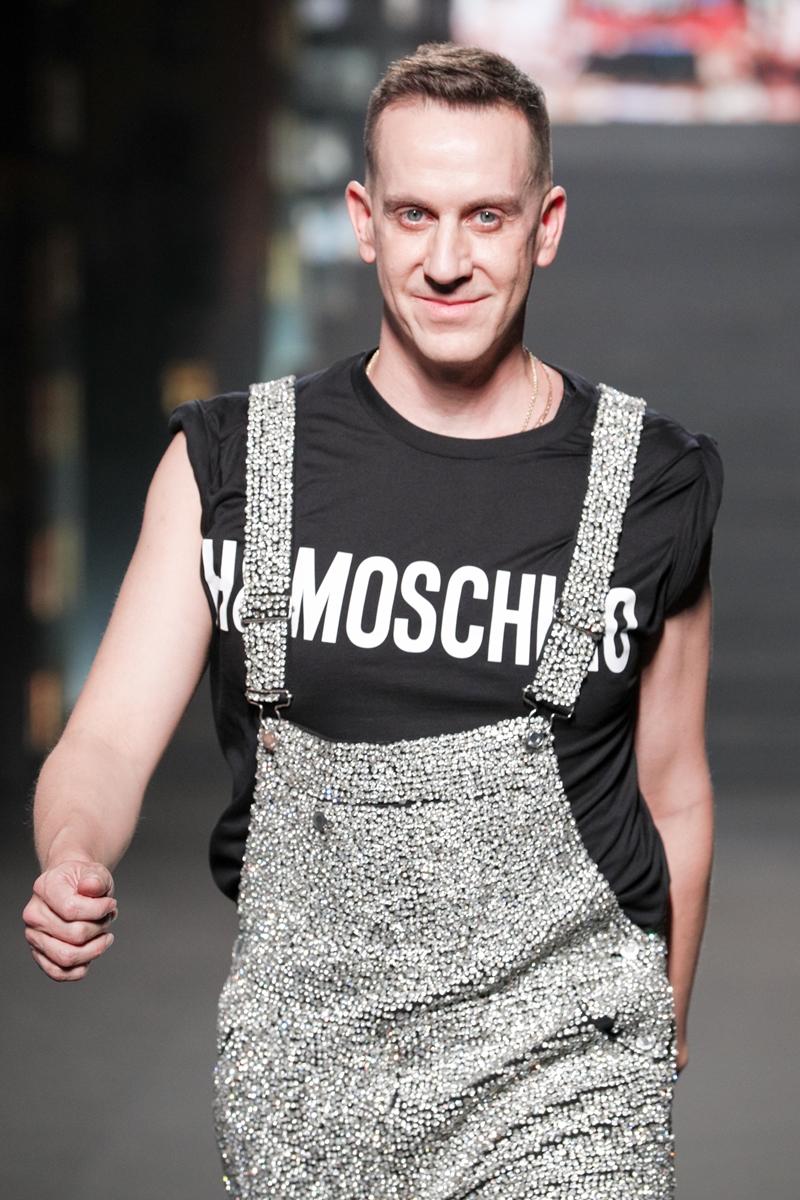 Jeremy Scott - Giám đốc sáng tạo của Moschino, đồng thời cũng là NTK của BST lần này xuất hiện trong màn chào kết với thiết kế quần yếm và áo phông đen sát tay.