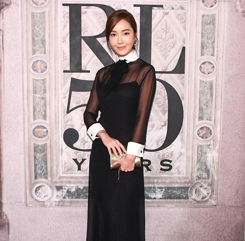 """Cùng đến từ """"xứ sở kim chi"""", Jessica Jung tham gia show diễn của nhà mốt Ralp Lauren trong trang phục nhã nhặn, kín đáo có 2 tông màu cơ bản đen -trắng."""