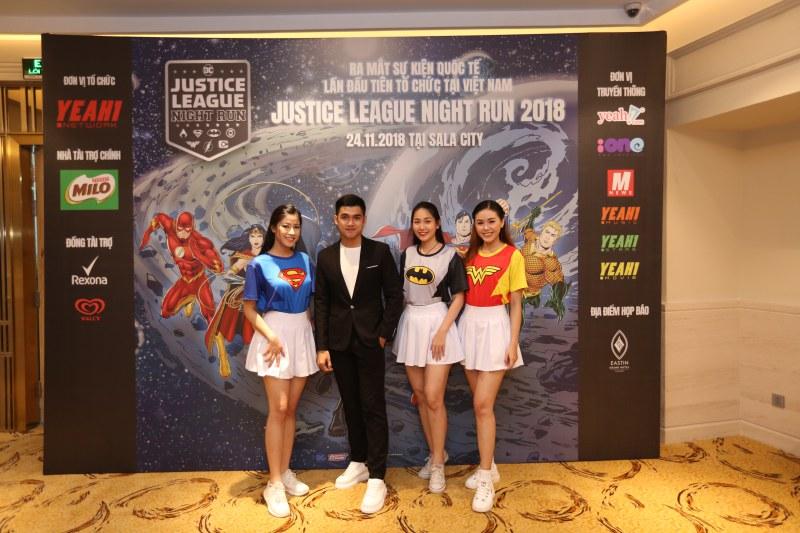 Áo thun hoá thân siêu anh hùng cùng huy chương chứng nhận từ DC sẽ là những món quà đặc biệt dành tặng các fan của các siêu anh hùng thuộc nhà DC ở Việt Nam.